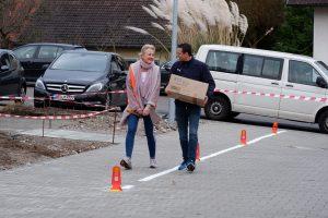 Heimleiterin Claudia Collet und Verwaltungsleiter des Evangelischen Stift Freiburg, Daniel Schies, helfen beim Umzug