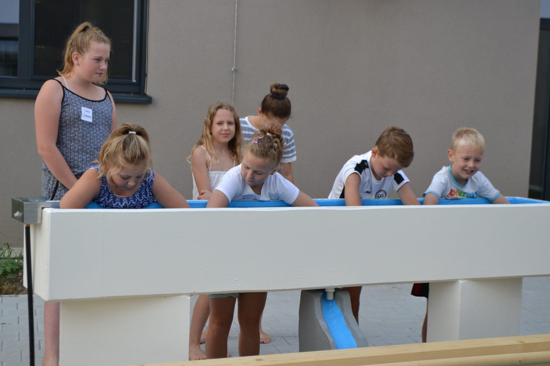 Schulkinder beim Kneippen im Emmaus